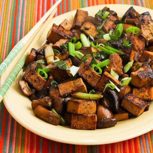 Задушено на кубчета със соев сос, гъби, може да се добави и бамбук
