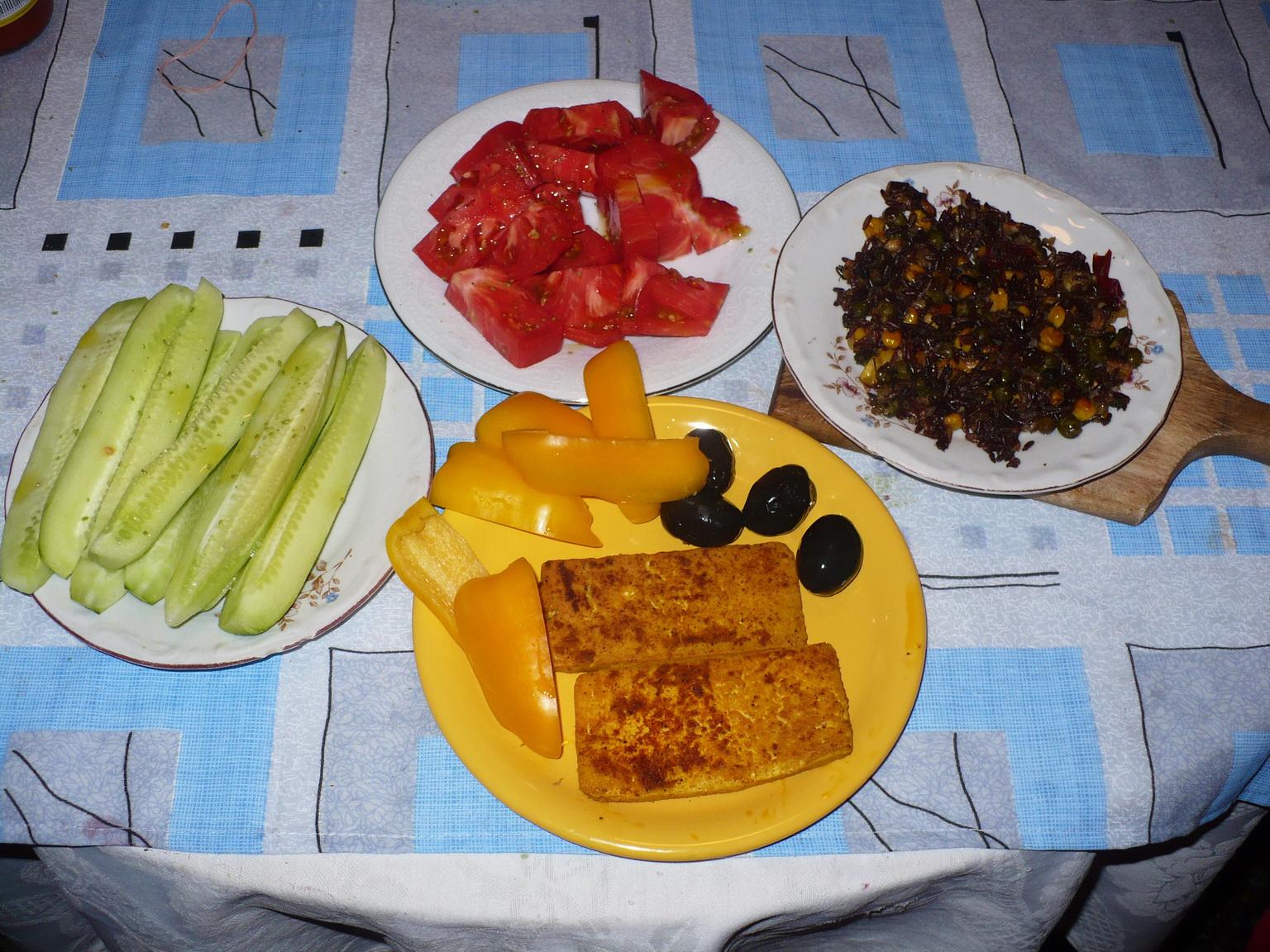 На снимката в чинията има черен ориз със зеленчуци