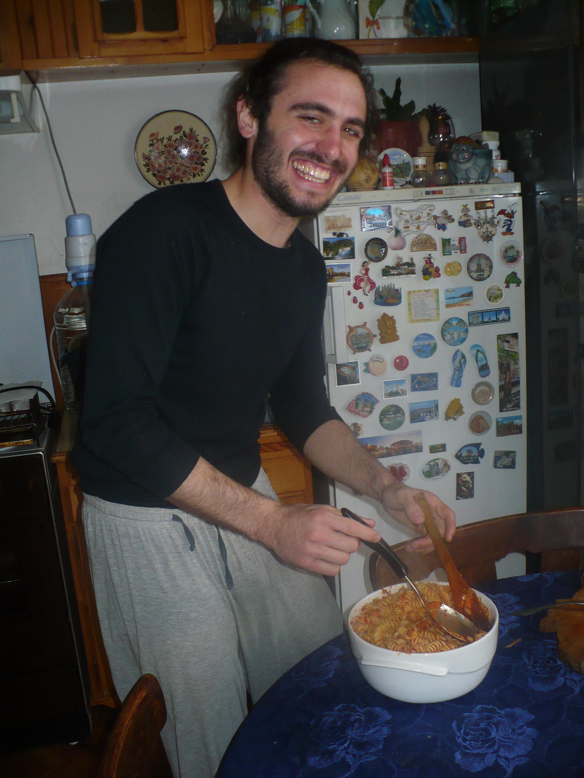 А това е усмихнатия Феде, който готви