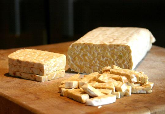 Темпех-ът е продукт, който се прави от ферментирали соеви зърна. В България се продава овкусено в пакети от вег. ресторант Кринг