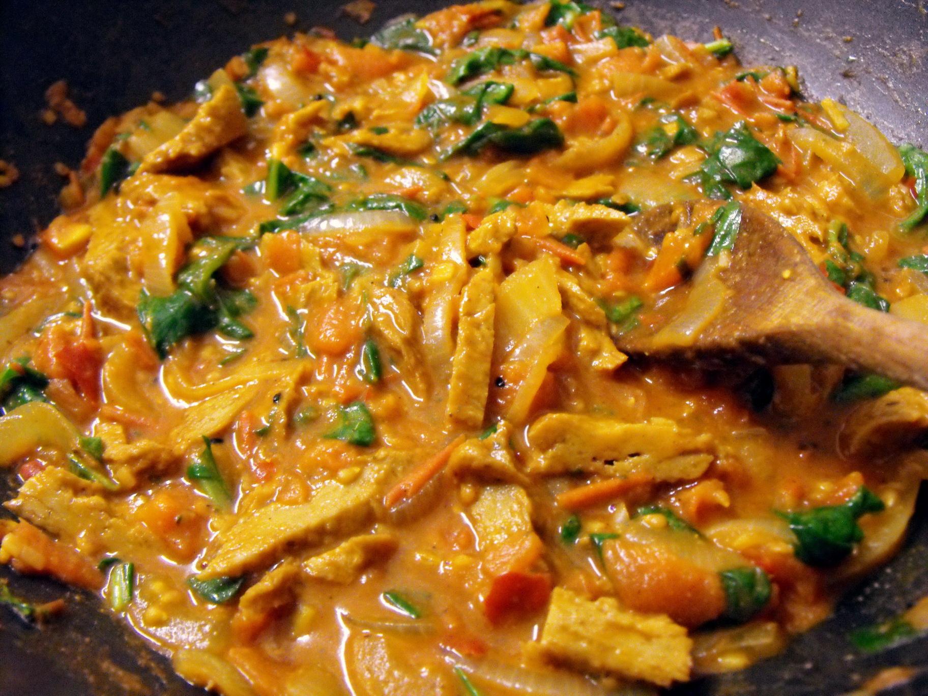 Индийско ястие със сайтан, куркума, канела, джинджифил, зеленчуци