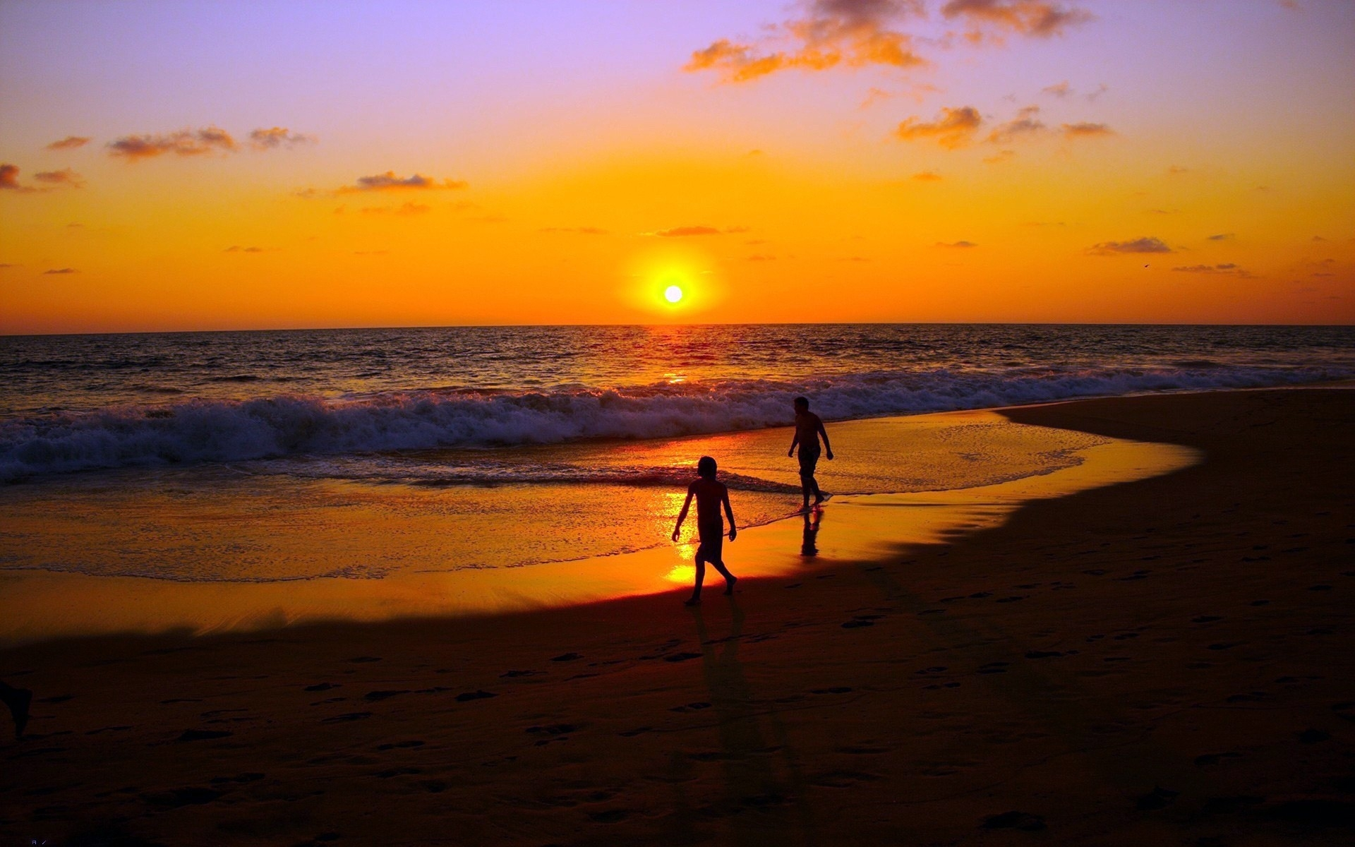 sea_sunset_couple_walk_sand_44477_1920x1200