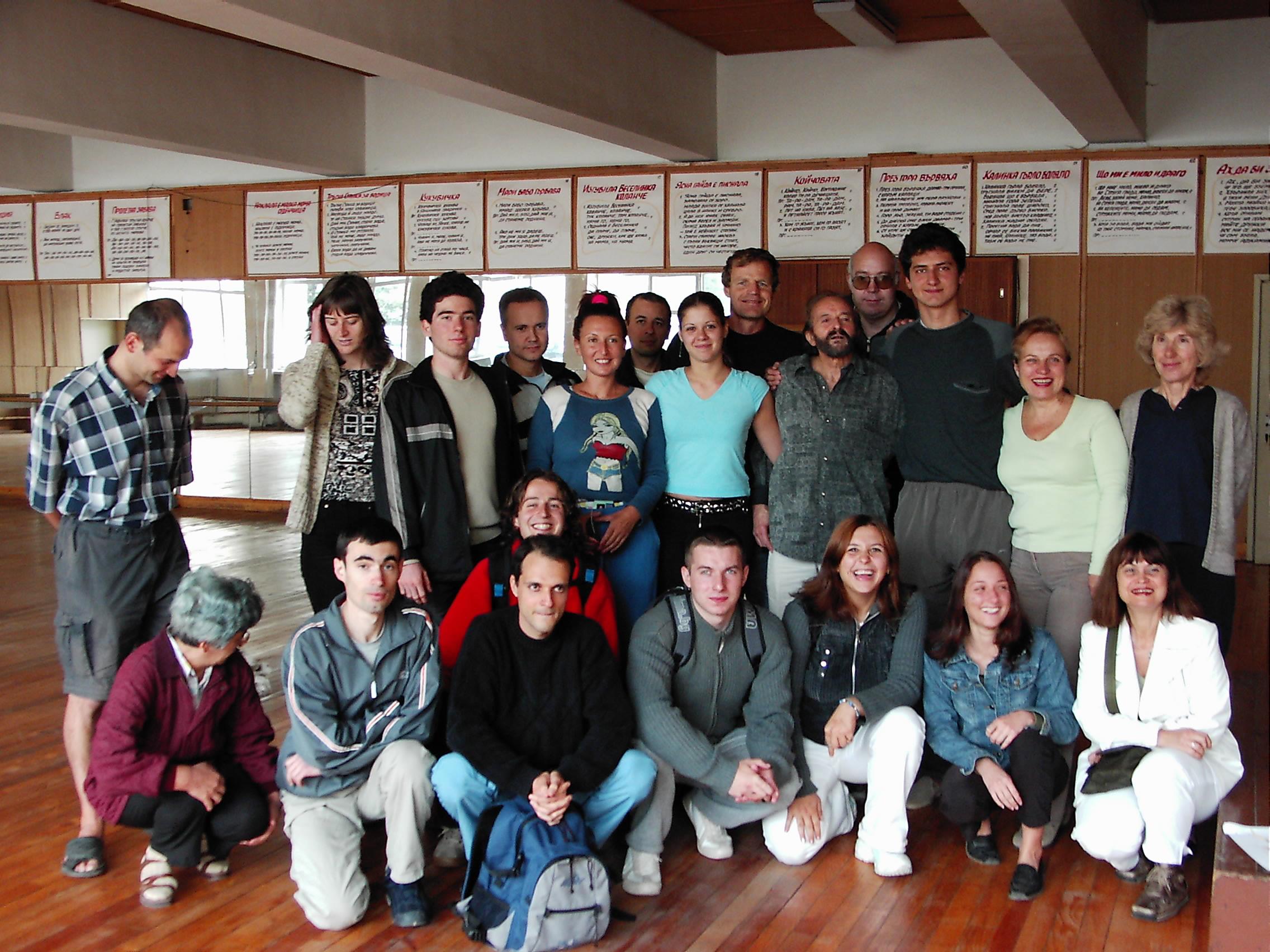 В залата по Йога в НСА през 2004 - аз съм момичето със синята блуза в центъра. :-)