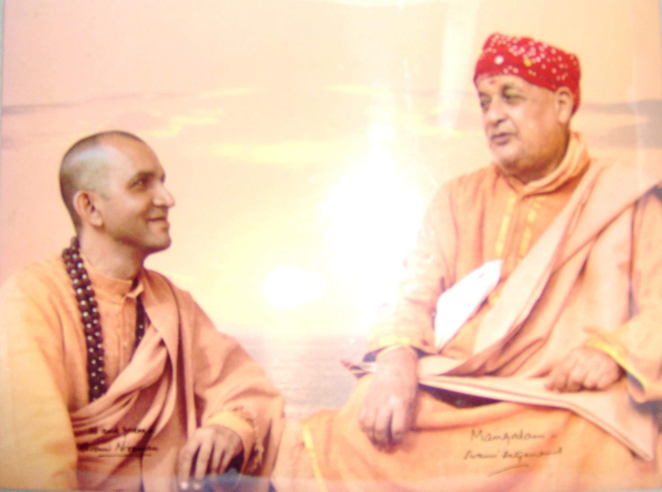 Свами Ниранджанананда в нозете на своя Учител Свами Сатянанда