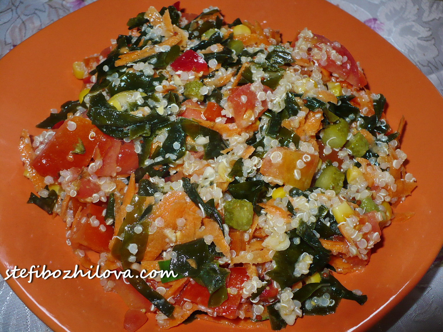 Salad with quinoa, green algae and veggies - 2