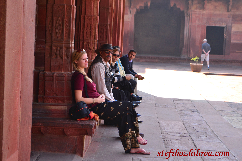 Замислена за нещата от живота във Фатехпур Сикри