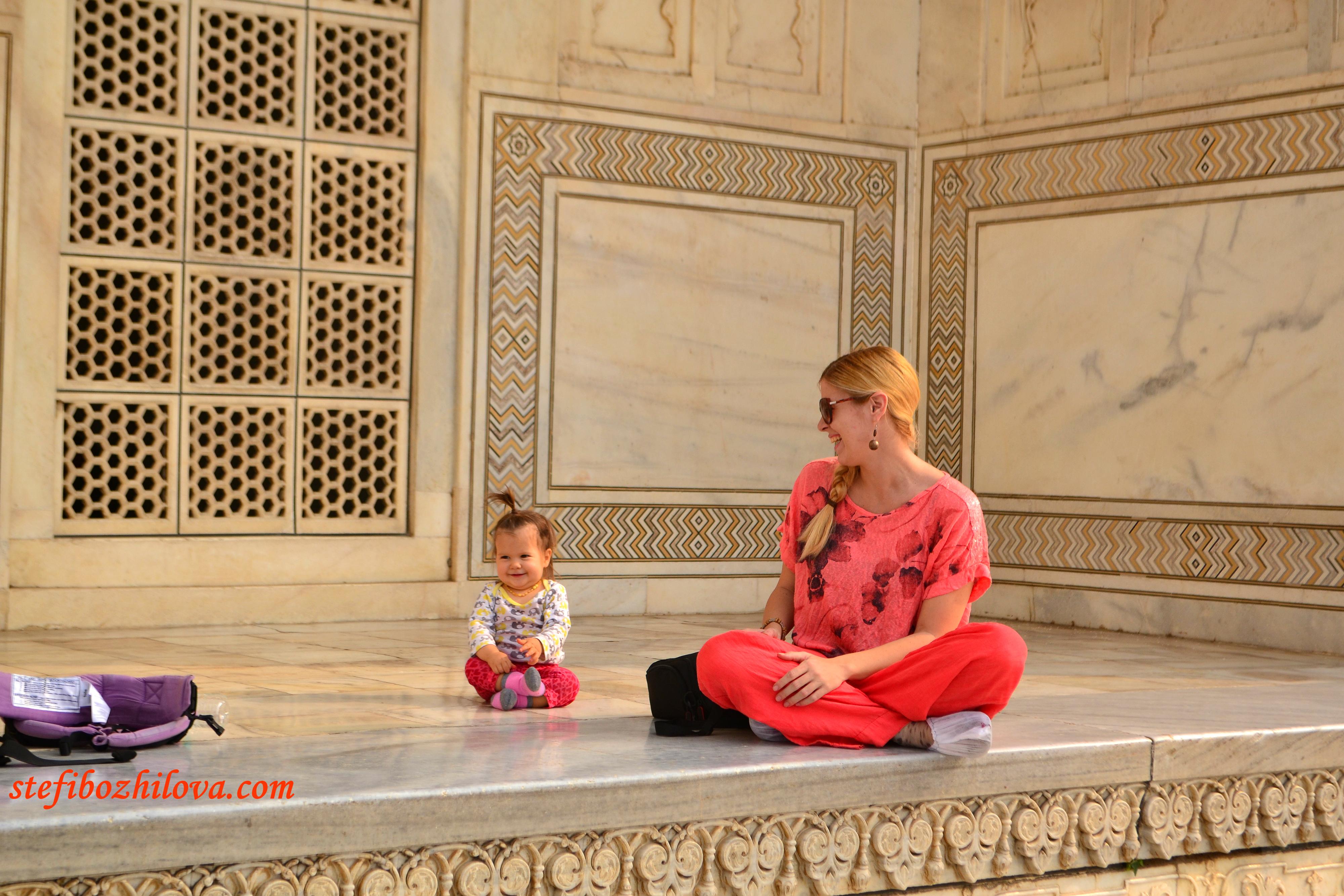 Лея беше голяма атракция в Тадж Махал. Както и всички бели бебета и бели хора генерално. Около 100 пъти отказах да я снимат и още около 100 пъти Тодор се скара на досадни индийци, които идваха и си завираха телефоните в лицата ни без дори да попитат