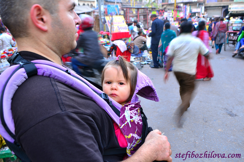 Насред един от най-оживените пазари в Делхи, на прибиране след дълъг ден
