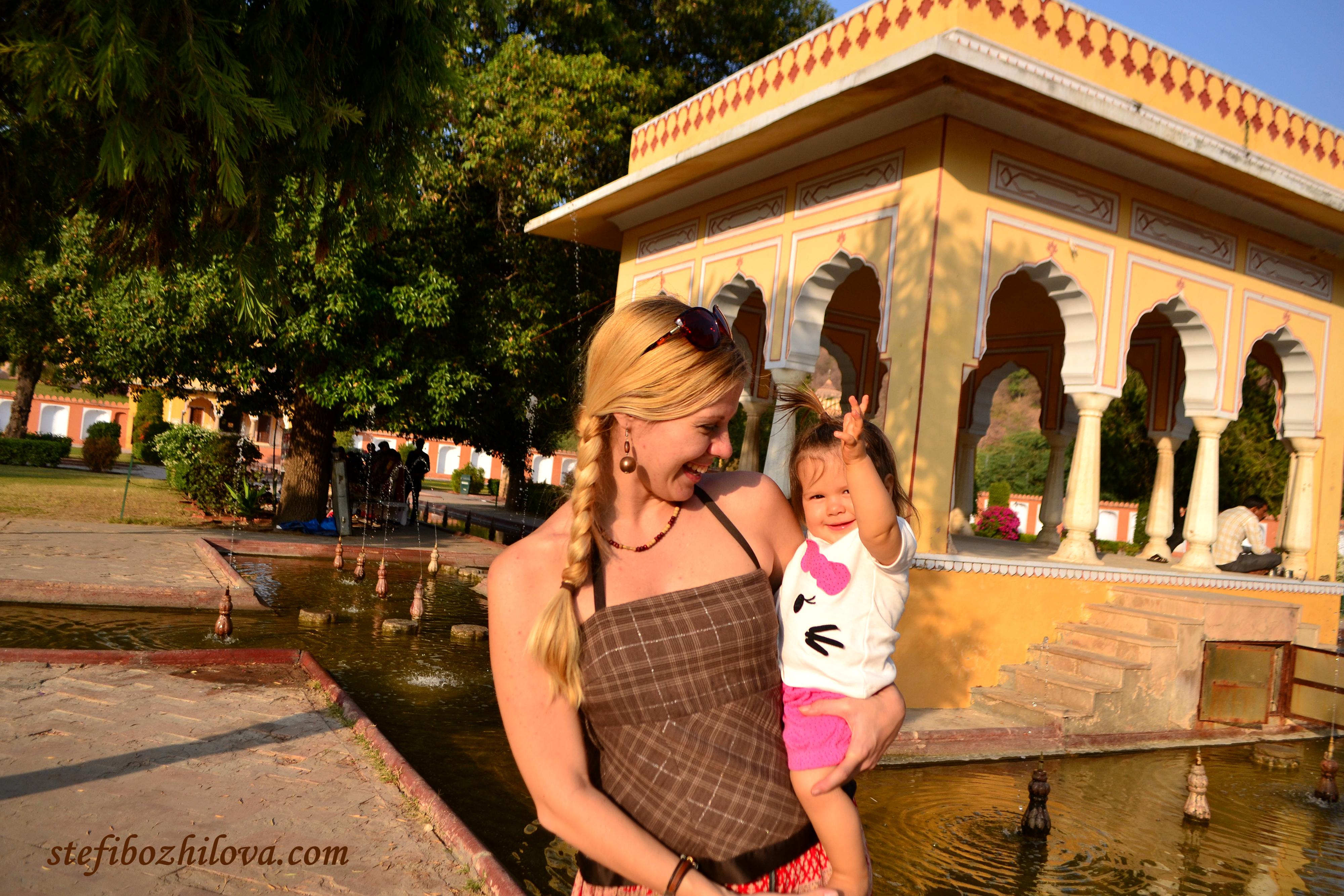 В една любима моя градина в Джайпур. Едно от малкото наистина зелени, чисти и поддържани места