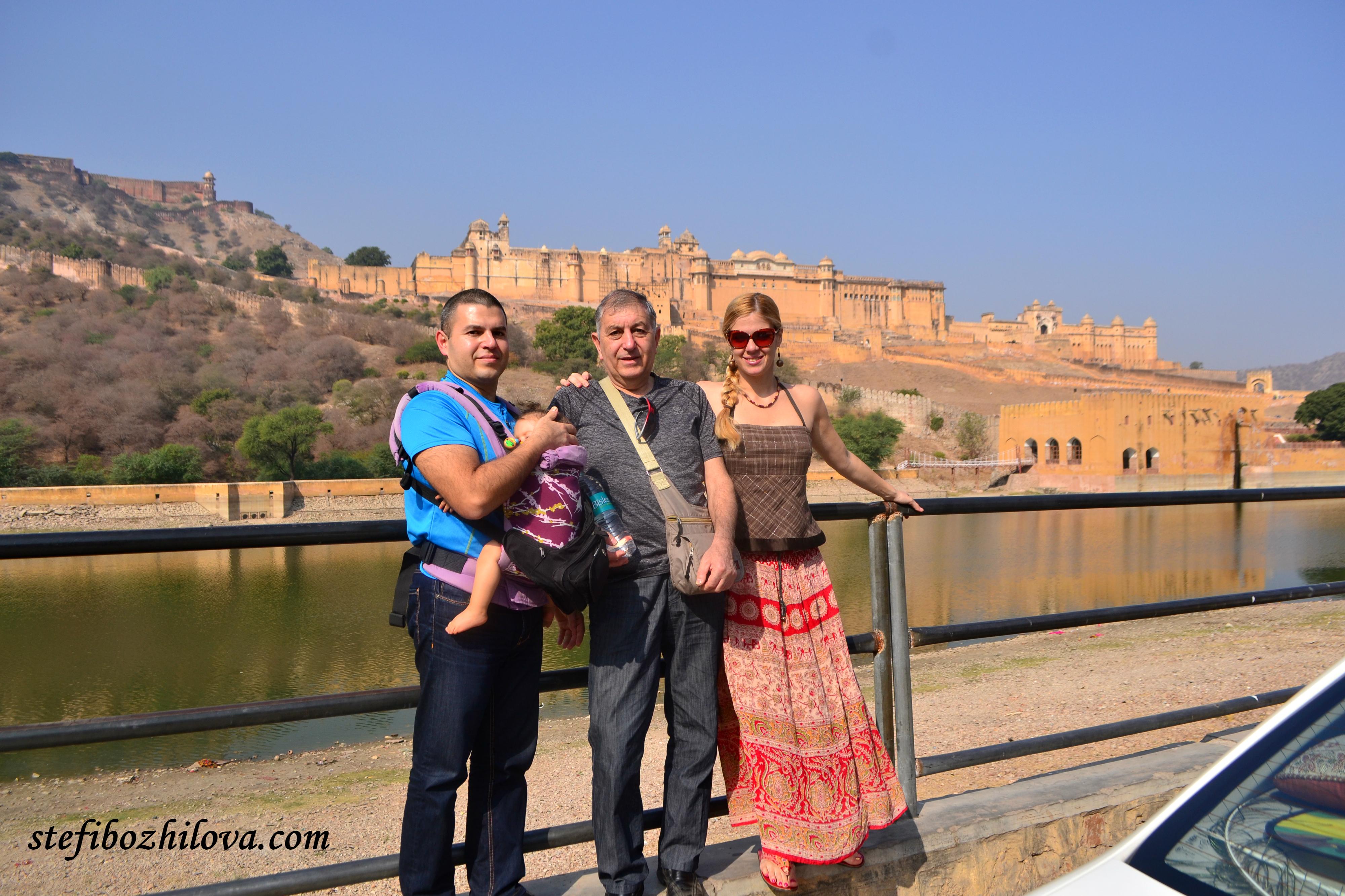 Пред дворецът Amer Fort в Джайпур
