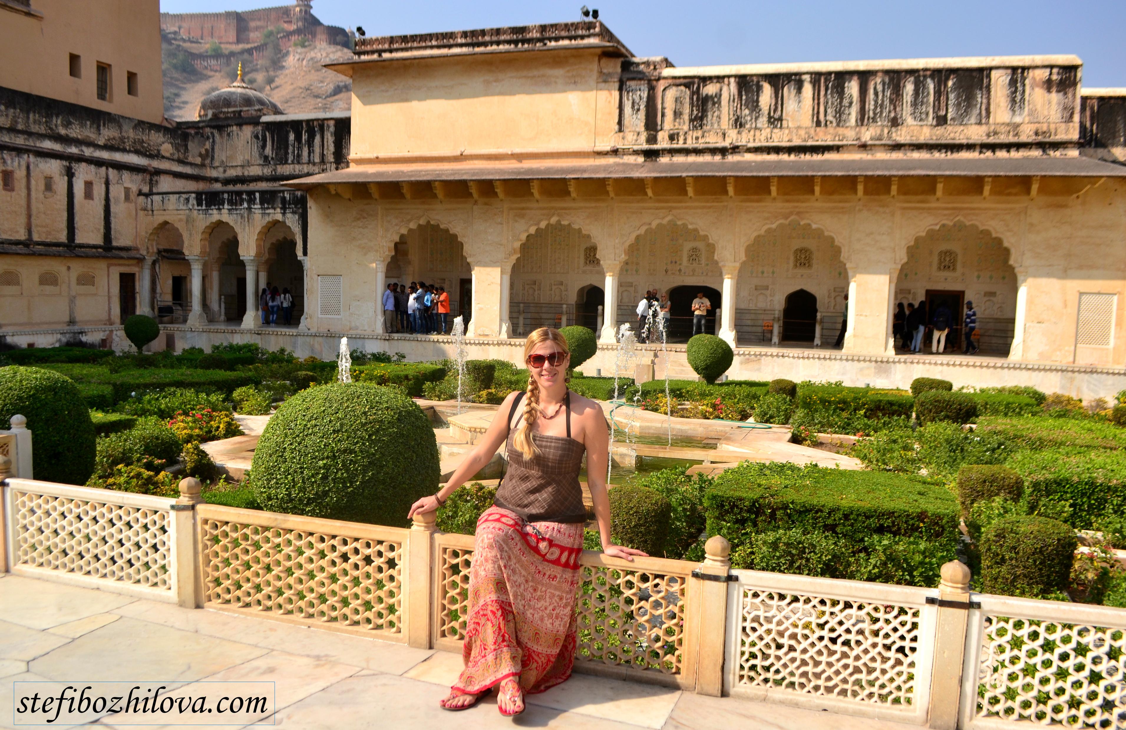 В градините в Amer Fort, Джайпур