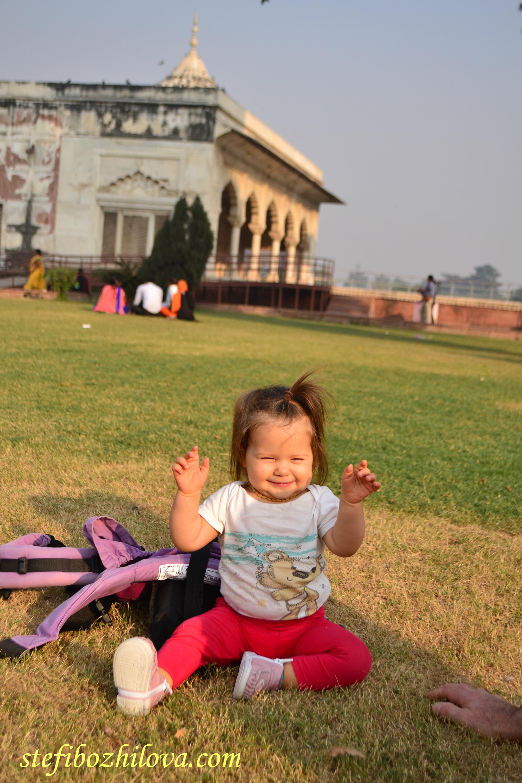 Лея беше изключително щастлива и спокойна въпреки безспирното обикаляне на забележителности и различни градове през първите 2 седмици от пътуването ни