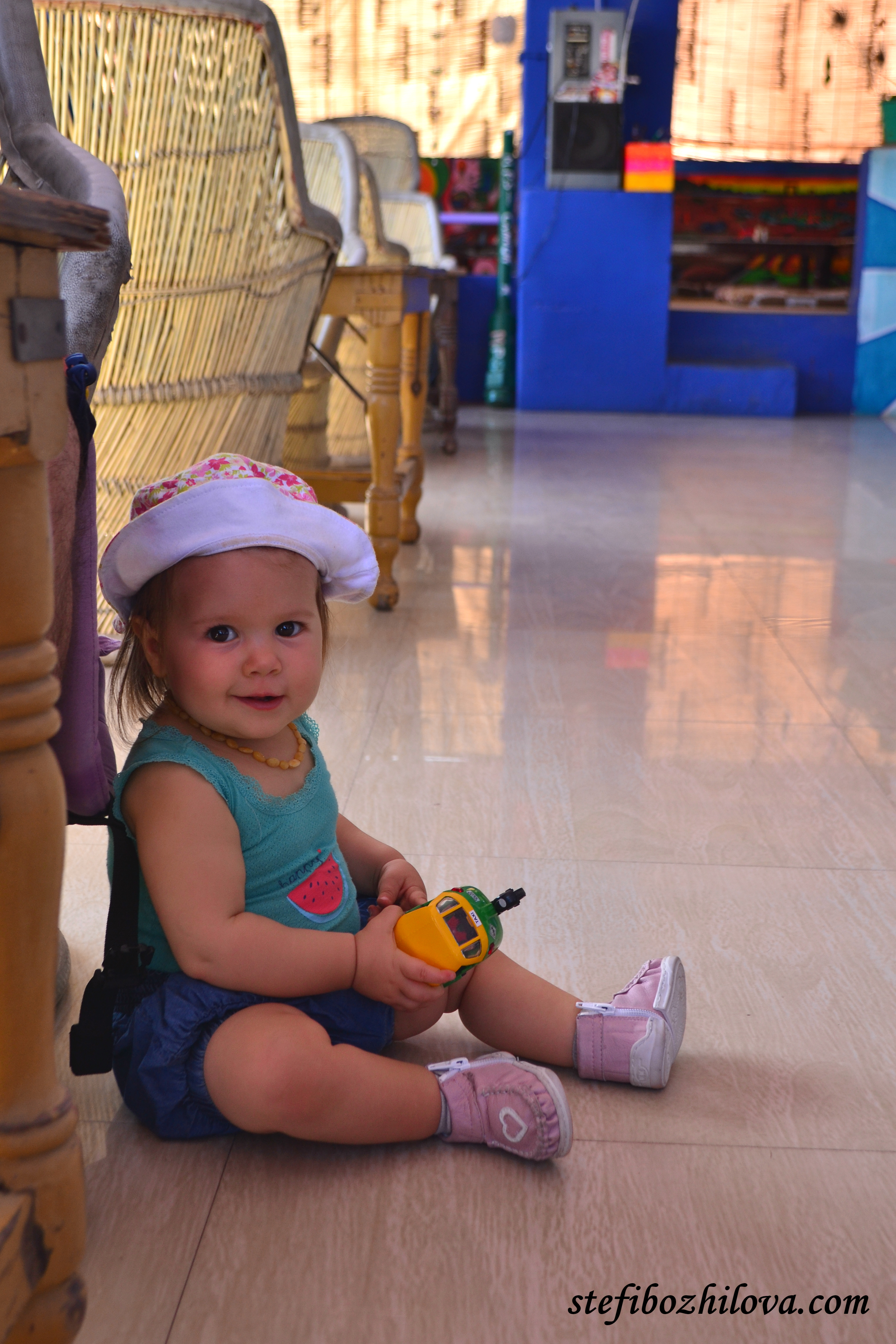Купихме на Лея нова играчка - рикша тук тук. Все пак след толкова возене на рикши, редно е да си занесе този спомен в България :-)