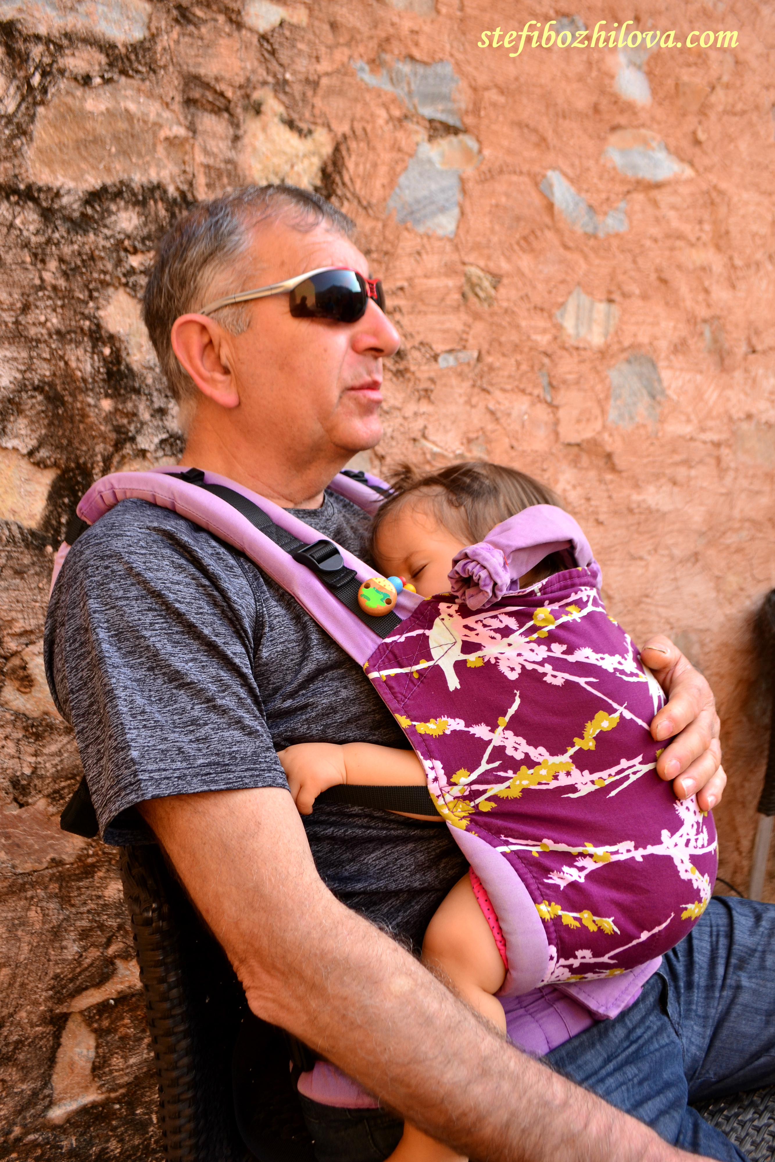 А в дядо се спи толкова добре докато мама и тати хапват сандвичи и тортички и пият лимонади насред жегата на деня в крепостта в Джайпур